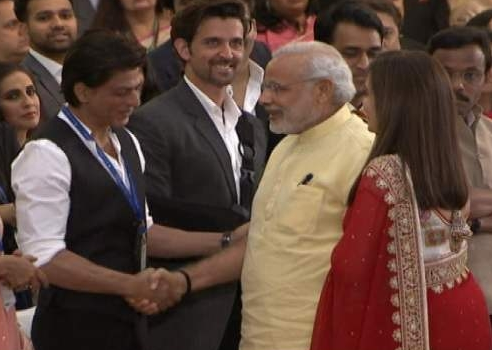 SRK Greets PM Narendra Modi And Hrithik Roshan Looks On During Sir HN Reliance Foundation Hospital Inauguration