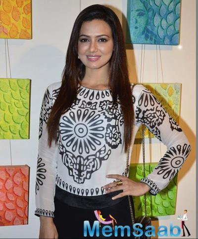 Sana Khan Glamour Stylish Look During The Inauguration Of Dr. Seema Chaudhary And Nitin Chaudhary Art Show