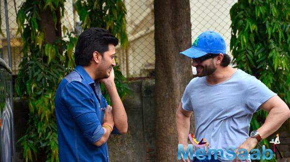 Riteish Deshmukh Cool Gossip With Saif Ali Khan At Happy Ending Movie Press Meet