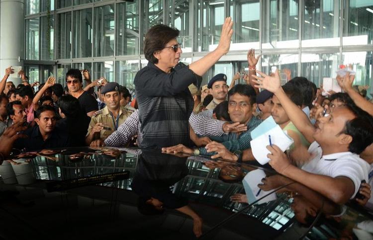 Shah Rukh Khan Waves Hand To His Fans At Kolkata During The Promotion Of HNY