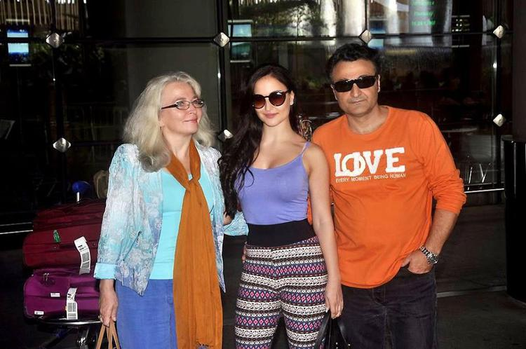 Elli Avram Posed For Camera At Mumbai International Airport