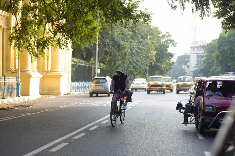 Amitabh Bachchan Cycles Down Kolkata Street And Memory Lane For Piku Movie