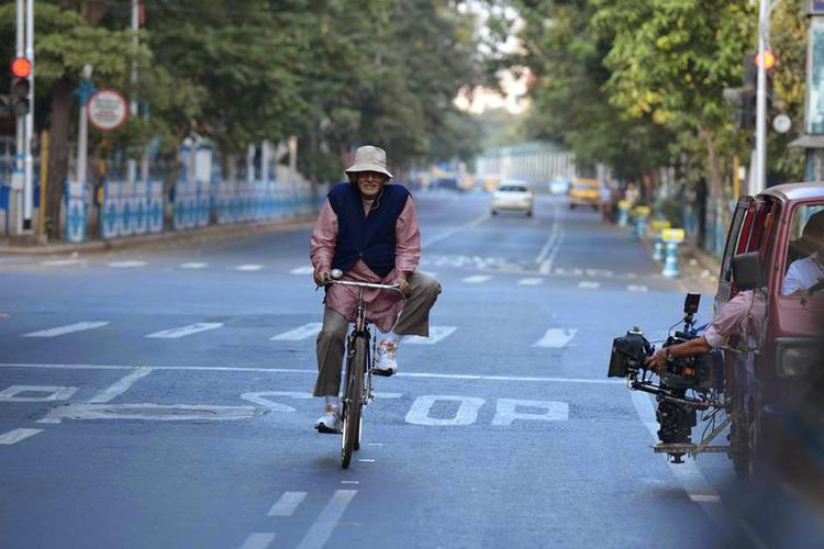 Amitabh Bachchan Nice Look With Bicycle On The Sets Of Piku Movie