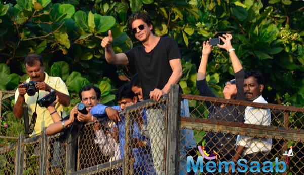 Shah Rukh Khan Fans Gathered Outside Of Mannat To Wish Him