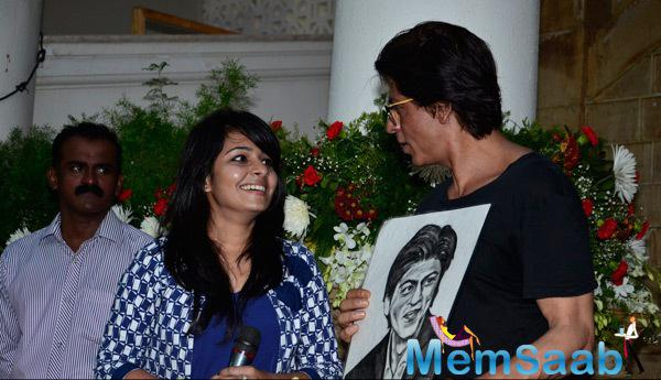 Shah Rukh Khan Portrait Is Gifted By One Of His Fans On 49th Birthday