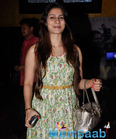 Tanishaa Mukerji Cute Smiling Look At The Premiere Of The Film Interstellar