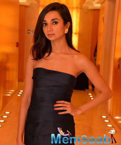 Ira Dubey In Strapless Dress Hot Look At The Vizyon Trunk Show