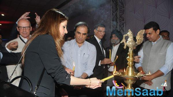 Suzanne Khan Light The Lamps At Ace Exhibition