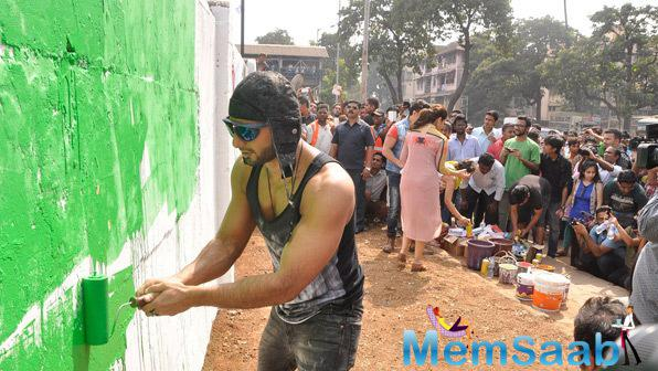 Ranveer Singh Determined To Paint Kill Dill With Graffiti On Mumbai Walls