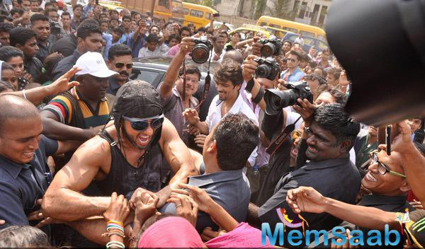 Ranveer Singh Mobbed With His Fans At The Promotional Event Of Kill Dill