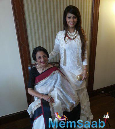 Tanuja Mukherjee Posed With Daughter Tanishaa Mukerji At 20th Kolkata International Film Festival