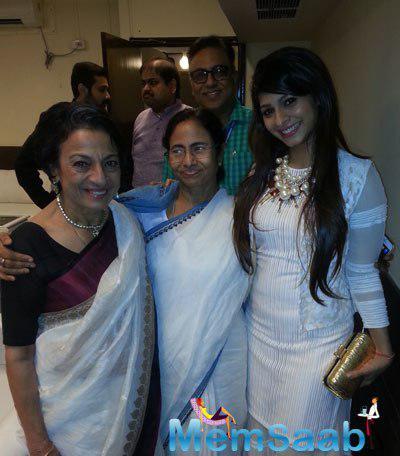 Tanuja Posed With Daughter Tanishaa And West Bengal CM Mamata Banerjee At 20th Kolkata International Film Festival