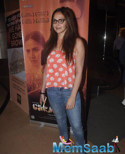 Esha Deol Posed For Photographers During The Screening Of Garam Hawa Film