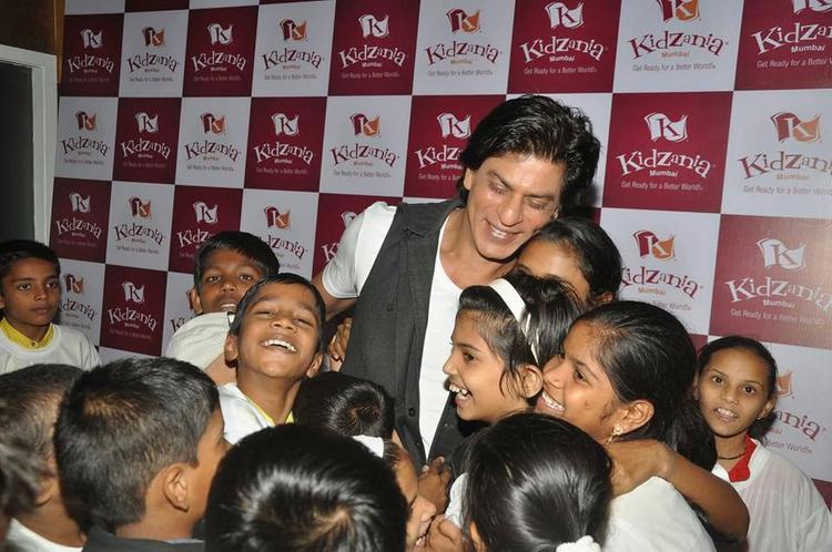 Shah Rukh Khan Cool Happy Pose With Kids During The Launch Of Of Kidzania Mumbai
