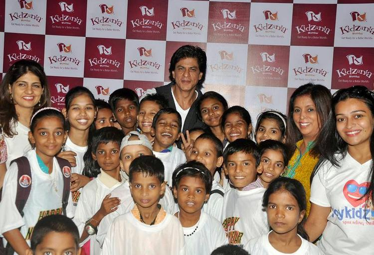 Shah Rukh Khan Posing With Kids At The Launch Of Kidzania Mumbai