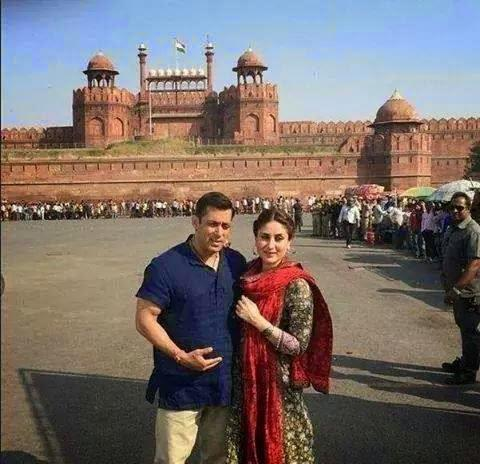 Salman Khan And Kareena Kapoor Khan Gets Cozy Pose In Front Of Red Fort On The Shooting Set Of Bajrangi Bhaijaan