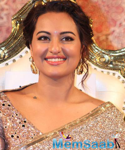 Beautiful Sonakshi Sinha Cute Smiling Pose During Lingaa Movie  Audio Launch