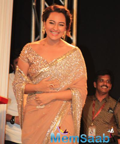 Sonakshi Sinha Stunning Look In A Shimmery Saree During The Audio Launch Of Lingaa Movie