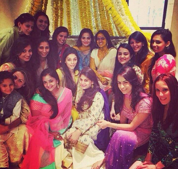Arpita Khan Posed With Family And Friends During Her Mehendi Ceremony