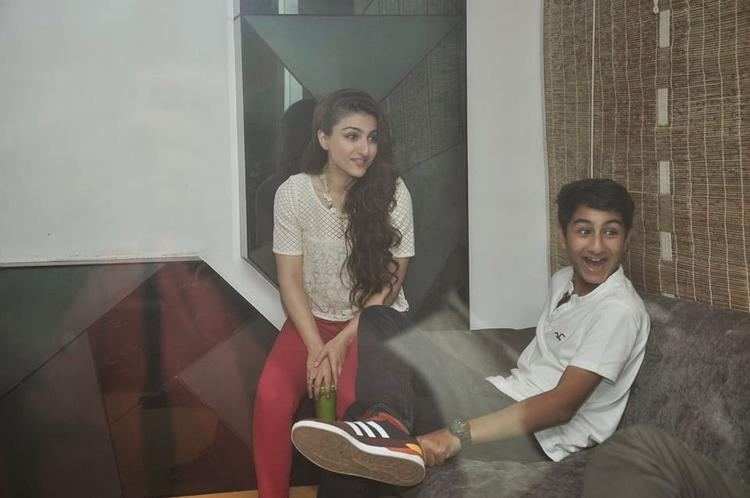 Saif's Son Ibrahim Ali Khan Chatting With Aunt Soha Ali Khan During Happy Ending Movie Screening