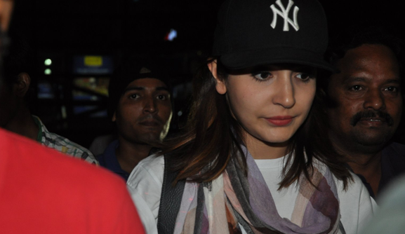 Anushka Sharma Cool Dazzling Look At Mumbai Airport
