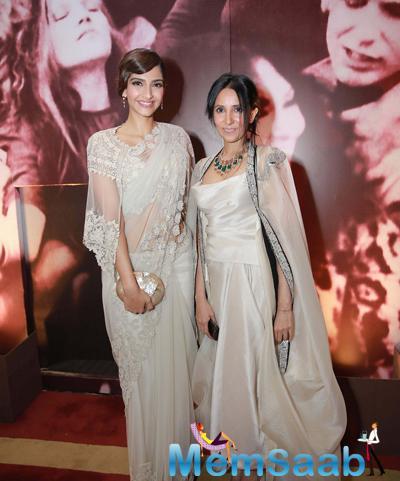Sonam Kapoor Posed With Designer Anamika Khanna During The Launch Of Anamika Khanna Store