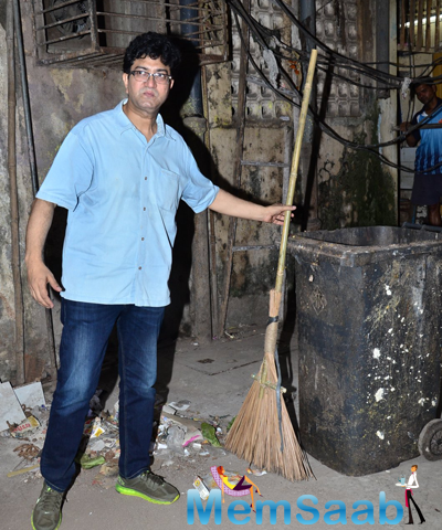 Prasoon Joshi Posed With A Broom At Swachh Bharat Campaign