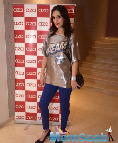 Anu Dewan Stylish Pose During Rahul Mishra Collection 2014