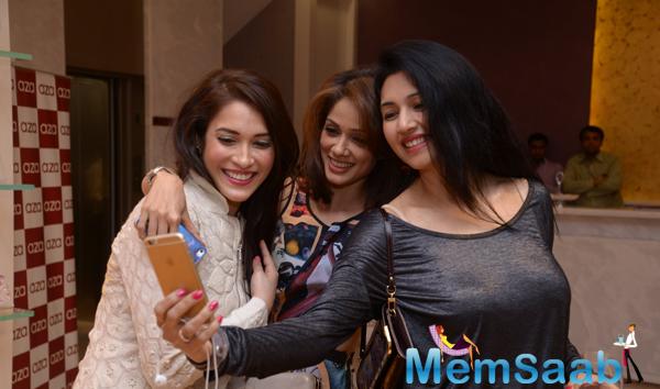 Rashmi Nigam,Vidya Malvade And Deepti Bhatnagar Taking Selfie During Rahul Mishra Collection 2014