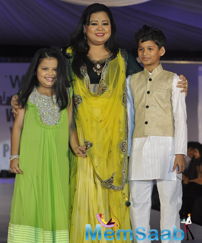 Bharti Singh Posed With Kids On Ramp At The Global Peace Initiative 2014