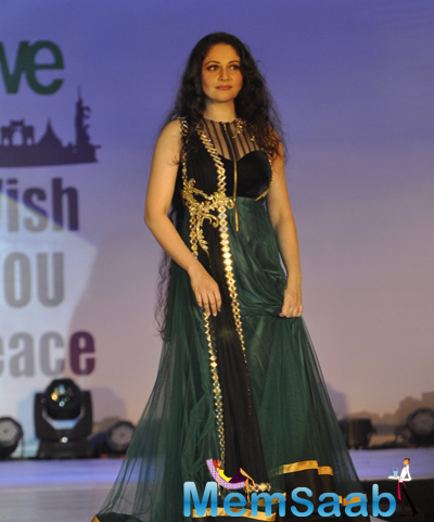 Gracy Singh Stunning Look On Ramp At The Global Peace Initiative 2014