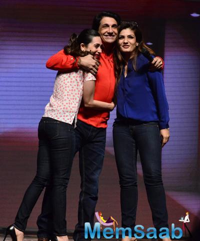 Karisma Kapoor,Shiamak Davar And Raveena Tandon Cool Cozy Pose At Shiamak Davar Dance Show 2014