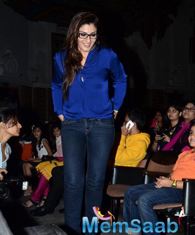 Raveena Tandon Dazzled In Blue Shirt With Jeans At Shiamak Davar Dance Show 2014