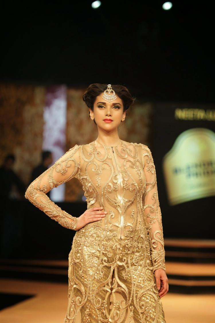 Aditi Rao Hydari Gorgeous Look On Ramp During Blenders Pride Fashion Week 2014 Day 1