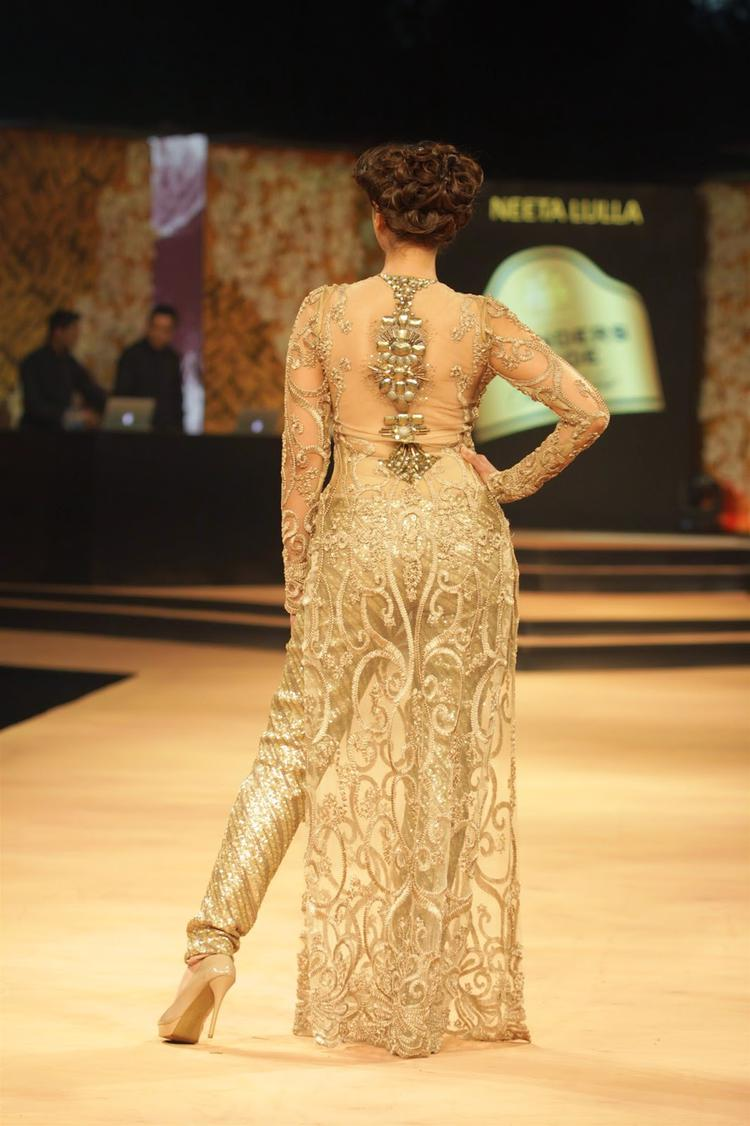 Aditi Rao Hydari Showed Her Back Design During Blenders Pride Fashion Week 2014 Day 1