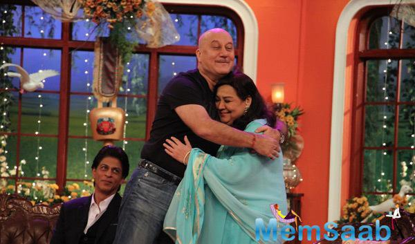 Anupam Kher Hugs Farida And SRK Looks On The Sets Of Comedy Nights With Kapil