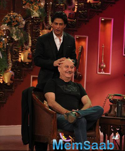 SRK Gives Champi To Anupam Kher On The Sets Of Comedy Nights With Kapil