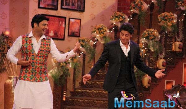 SRK On His Signature Pose With Kapil Sharma On The Sets Of CNWK
