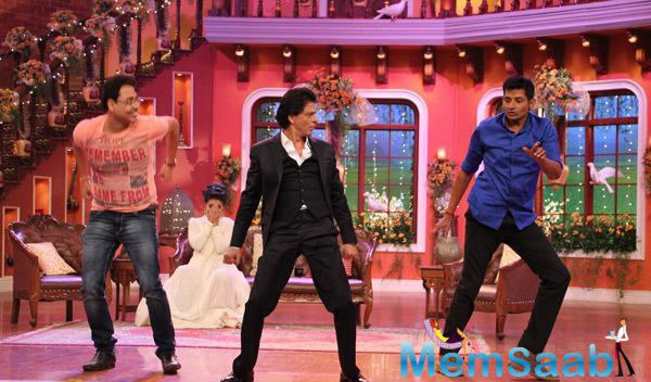 SRK Shaking A Leg On Mehndi Laga Ke With Fans On The Sets Of Comedy Nights With Kapil