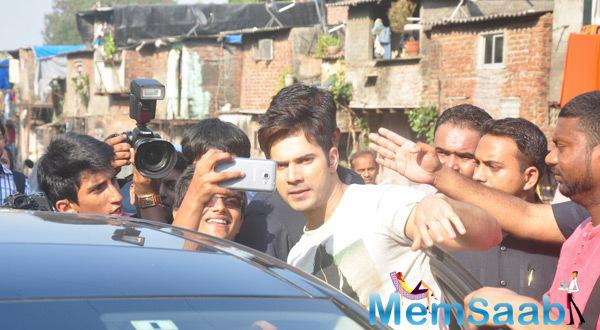 Varun Dhawan Strikes A Selfie for His Fans At Mitthibai College Fest