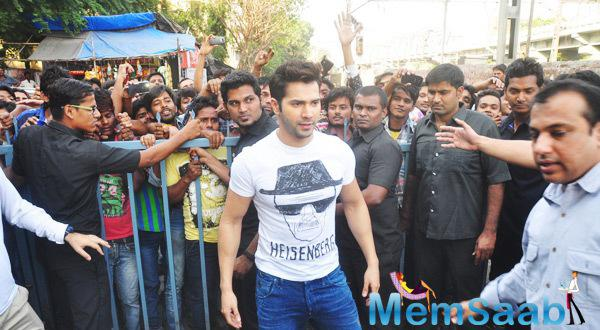Varun Dhawan Meet His Fans Durin The Promotion of Badlapur