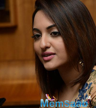 Sonakshi Sinha Looks Sizzling During Lingaa Movie Promotions