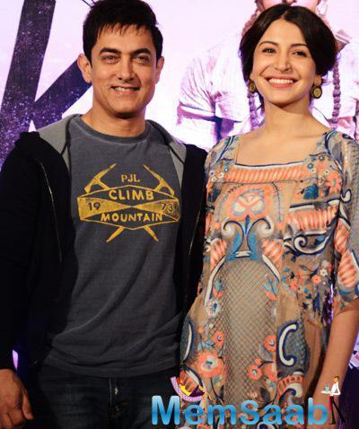 Aamir khan And Anushka Sharma Posed For Photographers During The PK Movie Press Meet