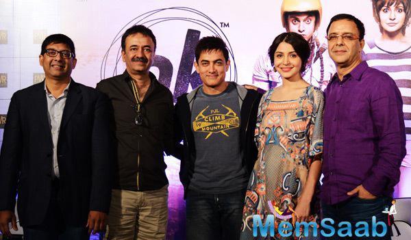 Aamir Khan And Anushka Sharma Posing For Group Photo Along With Rajkumar Hirani And Vidhu Vinod Chopra At Press Meet Of PK