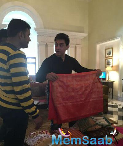 Aamir Khan Promoted His Film PK In Banaras During He Purchased Banaras Saree