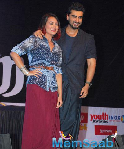 Sonakshi Sinha And Arjun Kapoor Posed At Mithibai College During The Promotion Of Tevar Movie