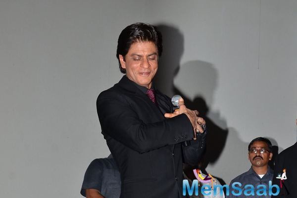 Shahrukh Khan Strikes A DDLJ Popular Pose At DDLJ Mega Event