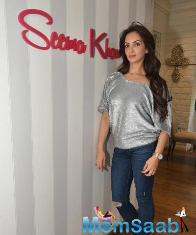 Seema Khan Strike A Pose For Shutterbugs At The Launch Of Christmas Collections