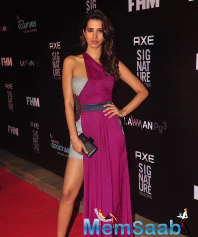 Manasvi Mamgai Sexy Pose On Red Carpet At Axe Signature And FHM Bachelor Of The Year 2014 Awards