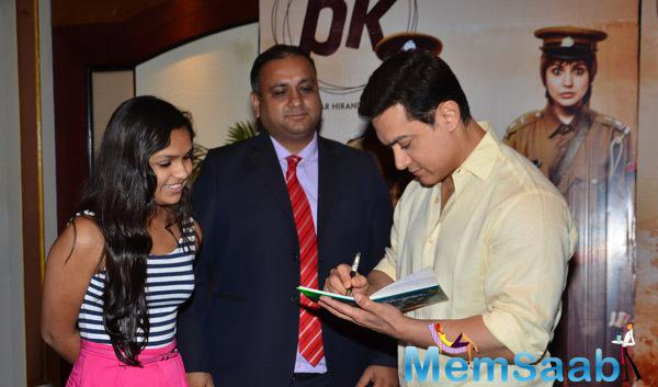 Aamir Khan Gave Autograph To The PK Contestants